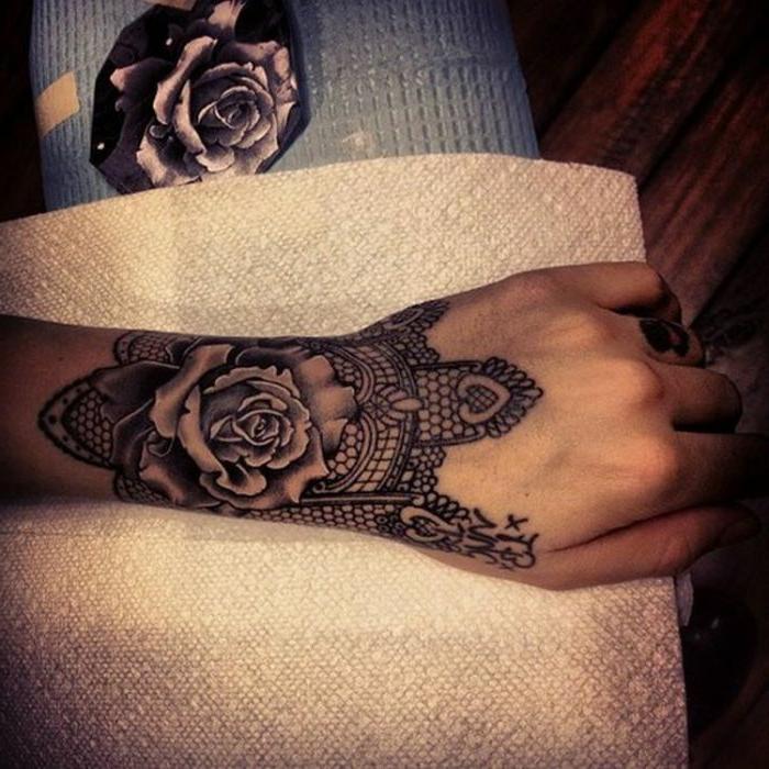 tatouage bracelet dentelle, grande rose au centre du dessin, dentelle filet