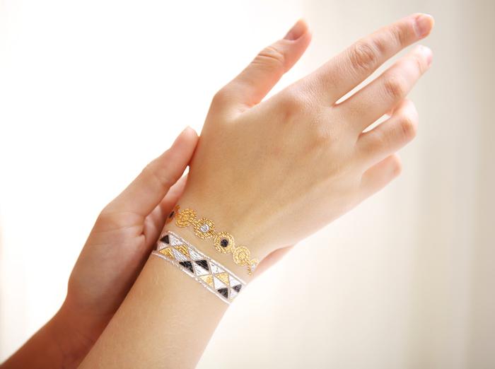 tatouage femme temporaire, bracelet en or, noir et blanc, motifs géométrique sur le poignet