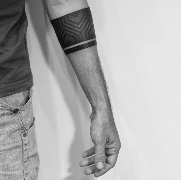 tatouage bracelet homme, type armband, une bande noire à motifs géométriques et une bande plus petite