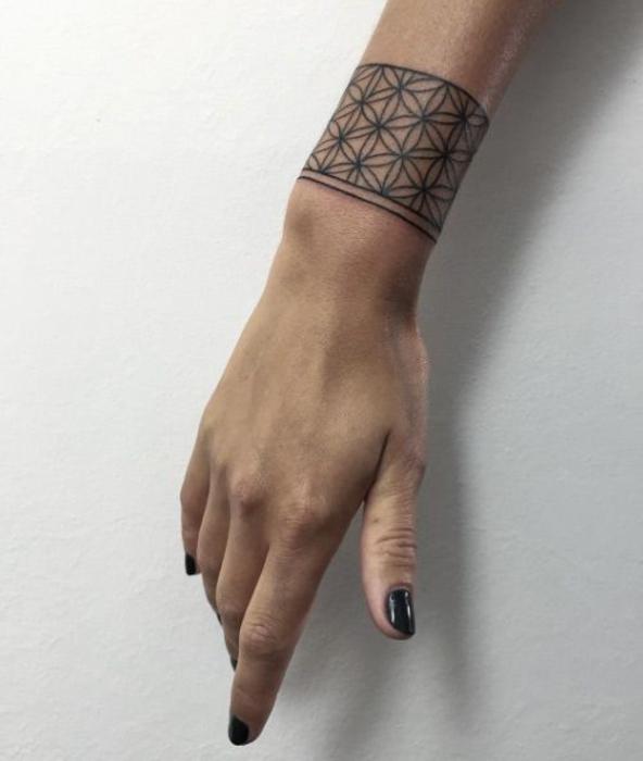 tatouage bracelet femme homme, modele de tatouage dentelle, bande noire à motifs floraux