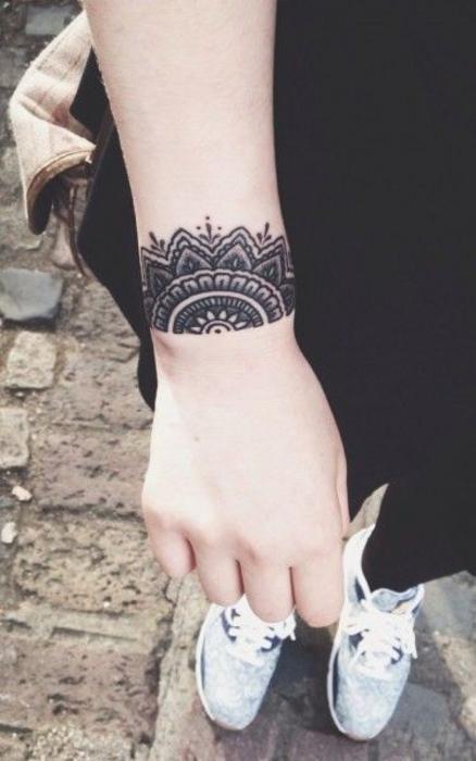 tatouage bracelet mandala, une bande noire à motifs floraux, idee tatouage symbolique