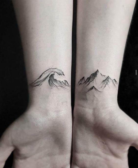 tatouage bracelet poignet, vagues et montagnes dessinés à l'encre noir, idée de tattoo naturel