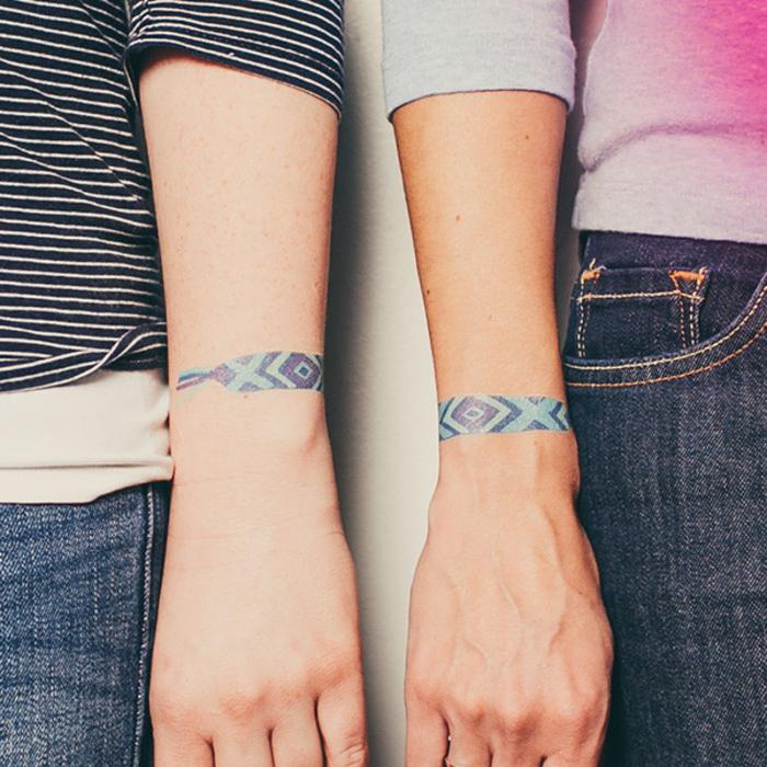 tatouage bracelet poignet homme, femme, meilleures amies, une bande à motifs géométriques bleus