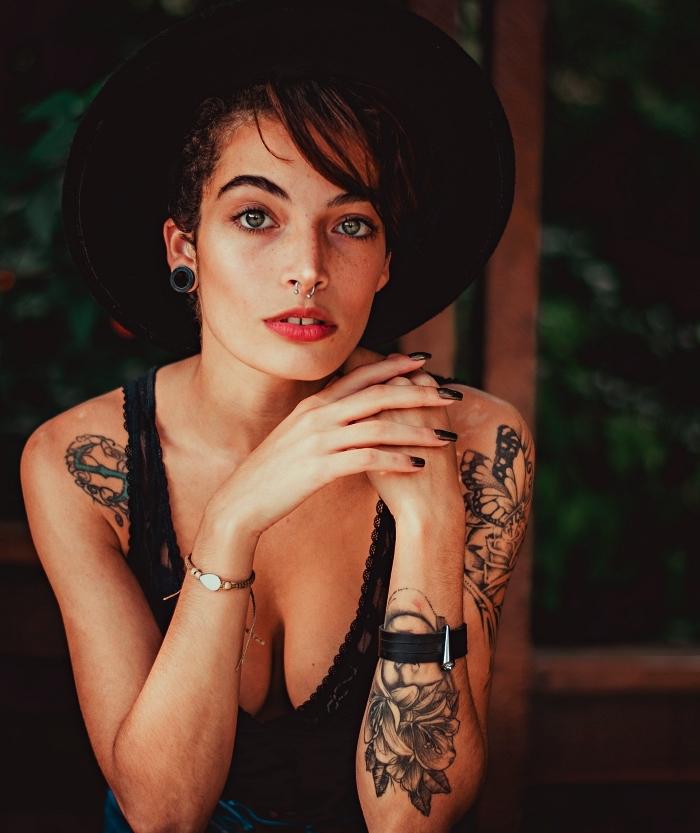 tatouage ornemental sur le bras entier composé de motifs floraux et naturels, tattoo papillon à l'avant-bras