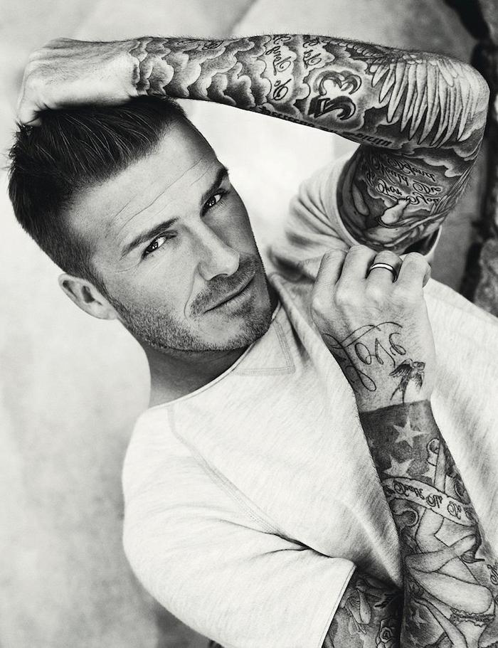 tatouage homme, David Beckham, t-shirt blanc, bague homme, citations inspirantes, motifs étoiles, femme, tatouage sur les bras