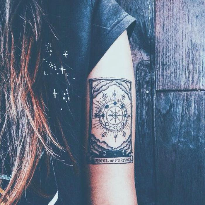 Chouette idée tatouage hirondelle old school dessin sur peau carte a jouer