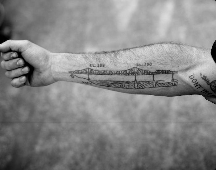tatouage avant bras, idée design tattoo, dessin pont avec amplitudes, mots inspirants, tatouage homme