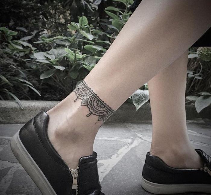 tatouage bracelet cheville mandala chaine pied femme pendentif