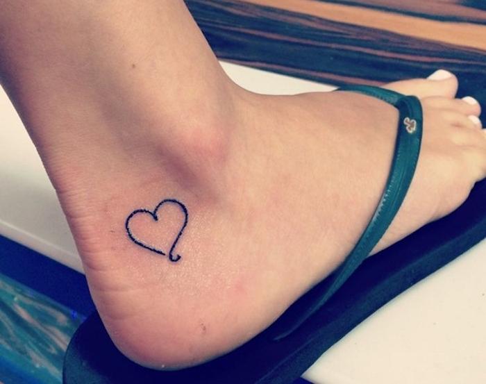petits tatouages cheville symboles tattoo coeur sur pied