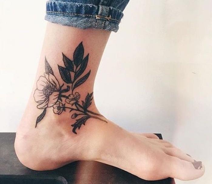 idées pour un tatouage sur la cheville femme idée tattoo pied chevilles bouquet de fleurs