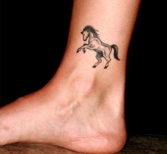 1001 Idees Tatouage Pied Il Marche Discretement