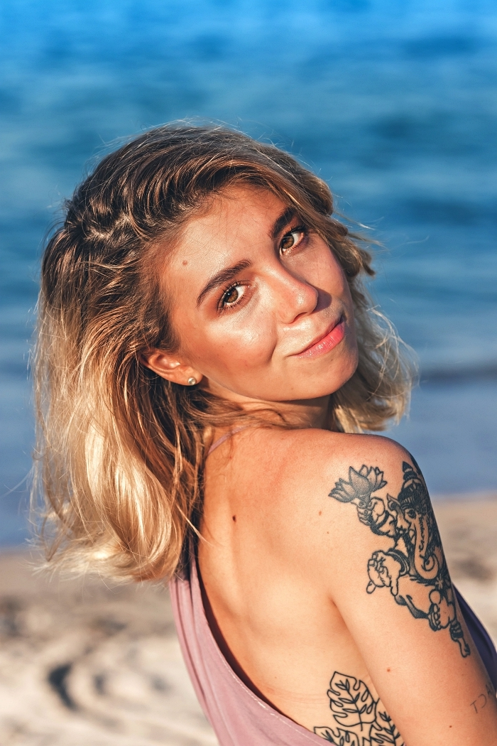 tatouage cote femme à motif tropical, tatouage ganesh à dessin éléphant sur l'épaule et le bras