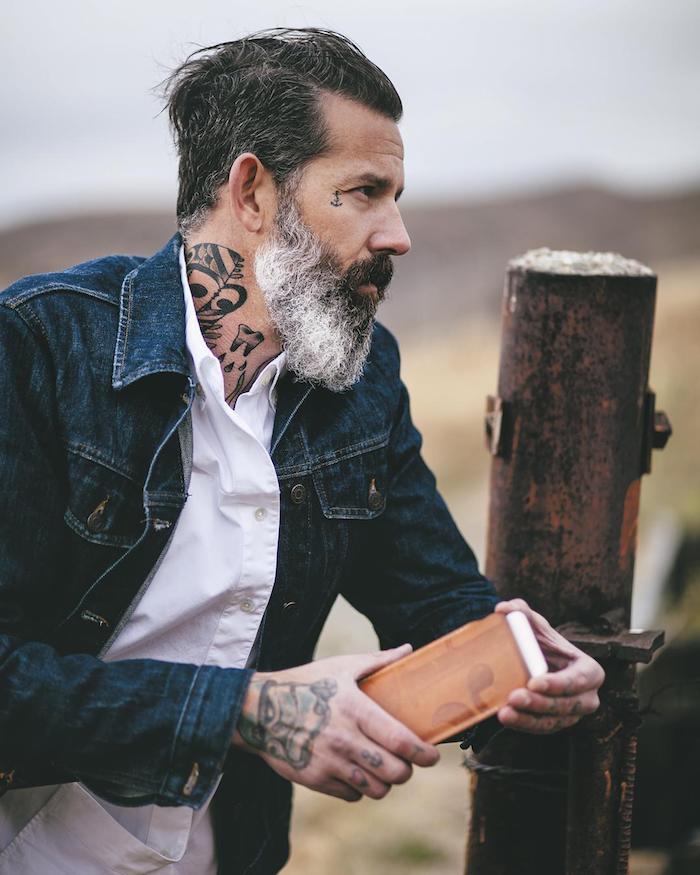 tatouage homme, promenade en nature, veste en denim, tatouage sur le cou, tatouage main en couleurs