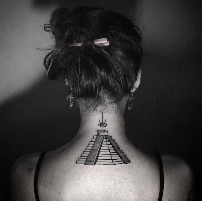 tatouage nuque femme pyramide azteque idée tattoo cou original