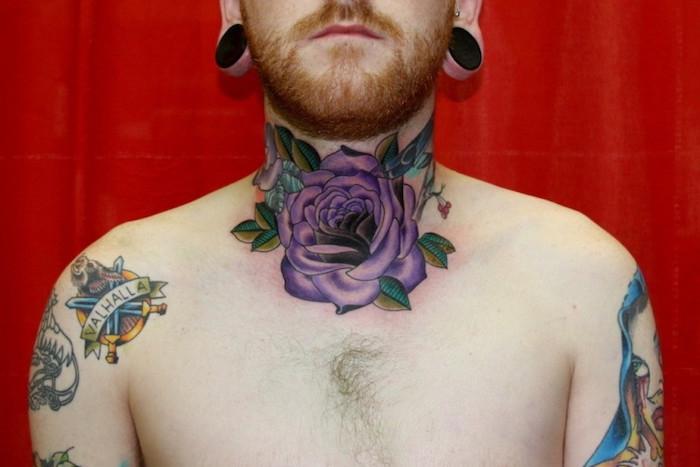 idée tatouage fleur cou homme tattoo rose violet sur la gorge