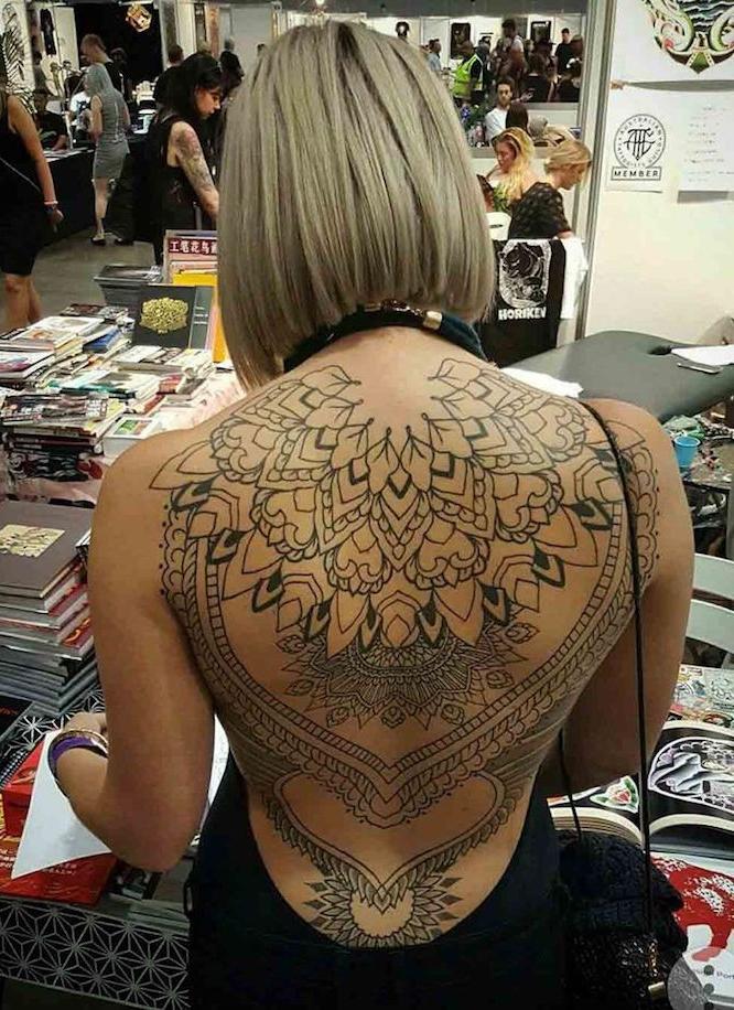 Tatouage femme dos complet
