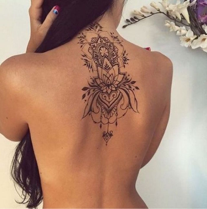 tatouage haut du dos femme fleur de lotus tattoo fleurs nuque