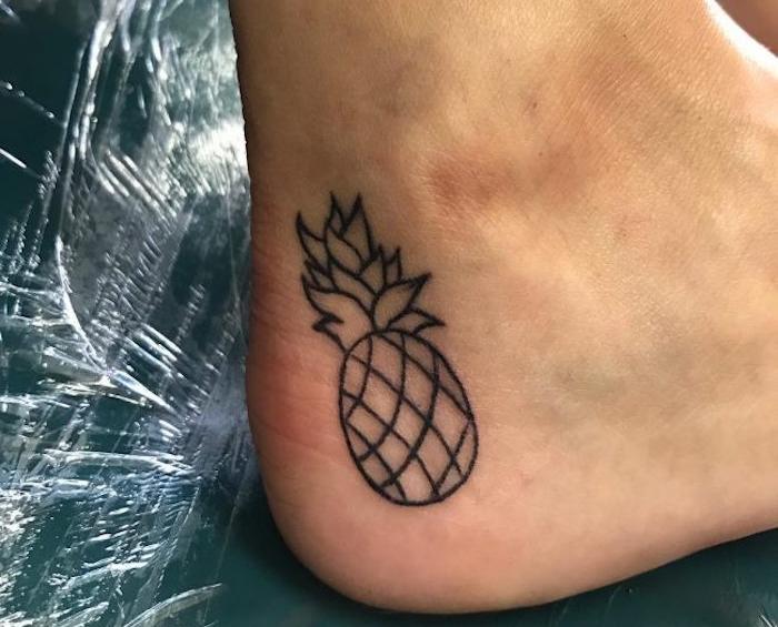 petit motif de tatouage sur la cheville tattoo ananas sur le pied