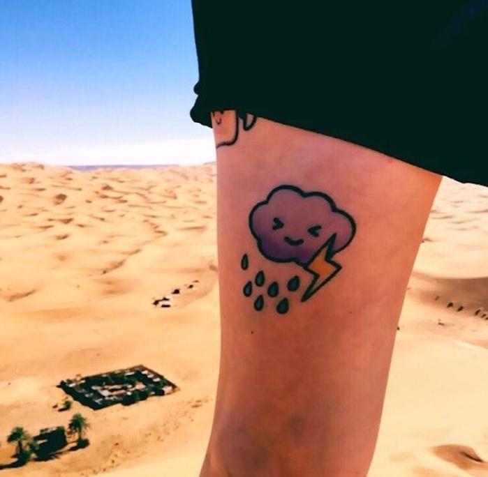 dessin tatouage de nuage enfant sur cuisse homme en couleurs