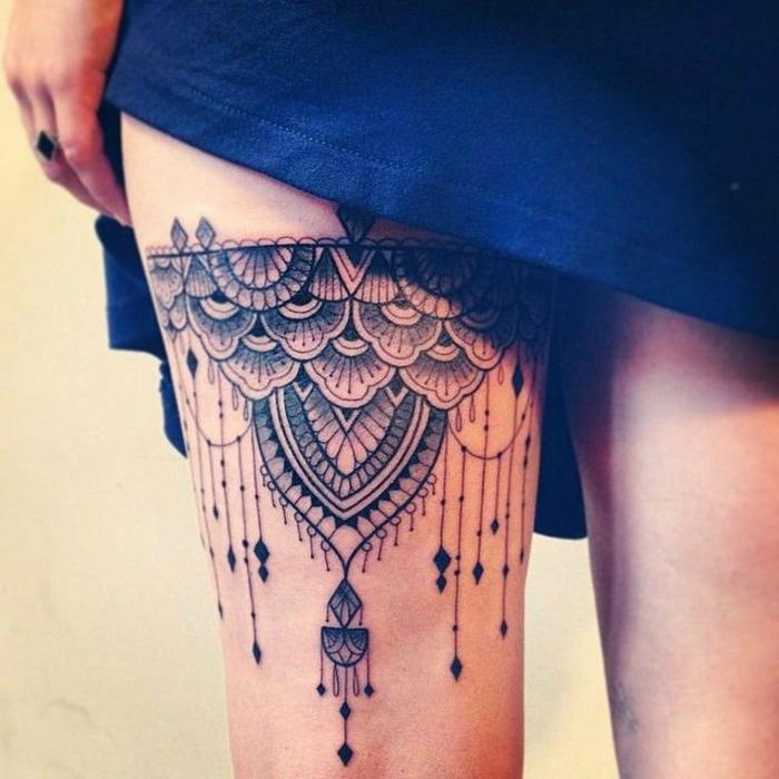 tatouage dentelle, porte-jartelle sexy à la cuisse féminine, plusieurs pendentifs