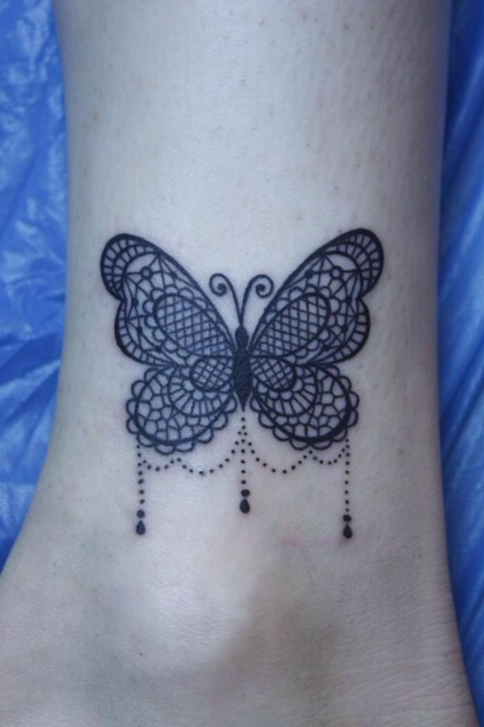 tatouage dentelle, papillon à motif dentelle, pendentifs, tatouage au pied