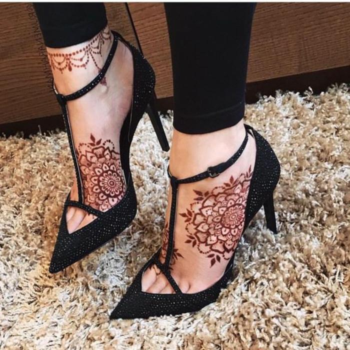 tatouage dentelle, henné pied original, escarpins noirs, tatouages à la cheville et aux pieds