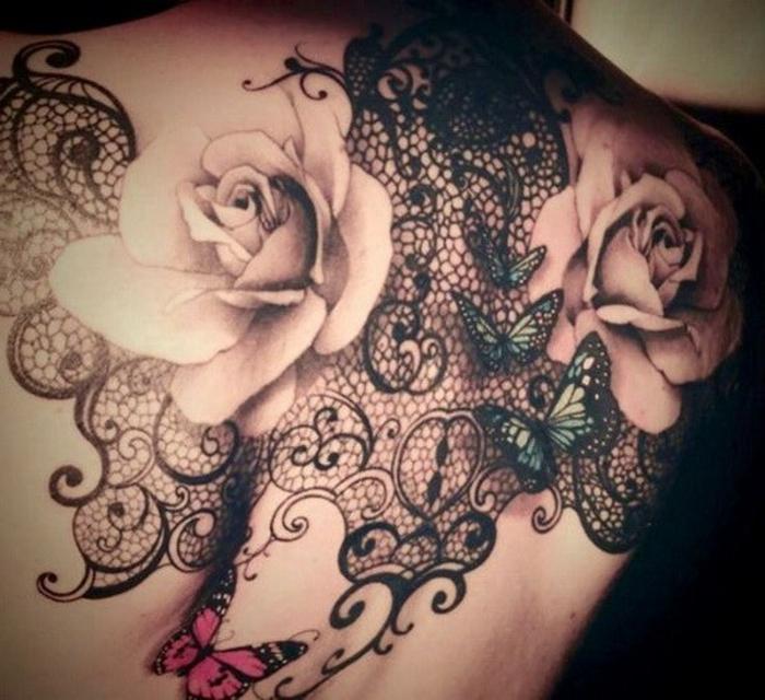 tatouage dentelle, papillons en couleurs et deux grandes roses couleur nude