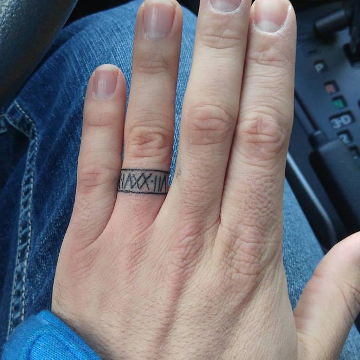 tatouage doigt date de naissance en chiffre romain style bague