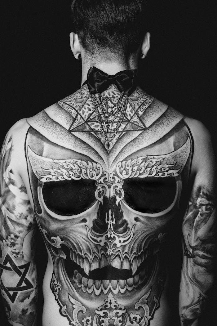 les plus beaux tatouages, design dos, motifs crâne, papillon hoir, tatouage avant bras, tatouage homme