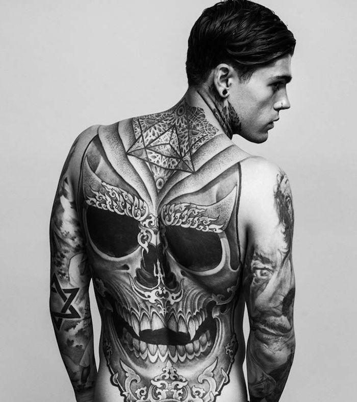 tatouage homme, dessin en encre à motifs crâne, tatouage bras homme, motifs tringulaires