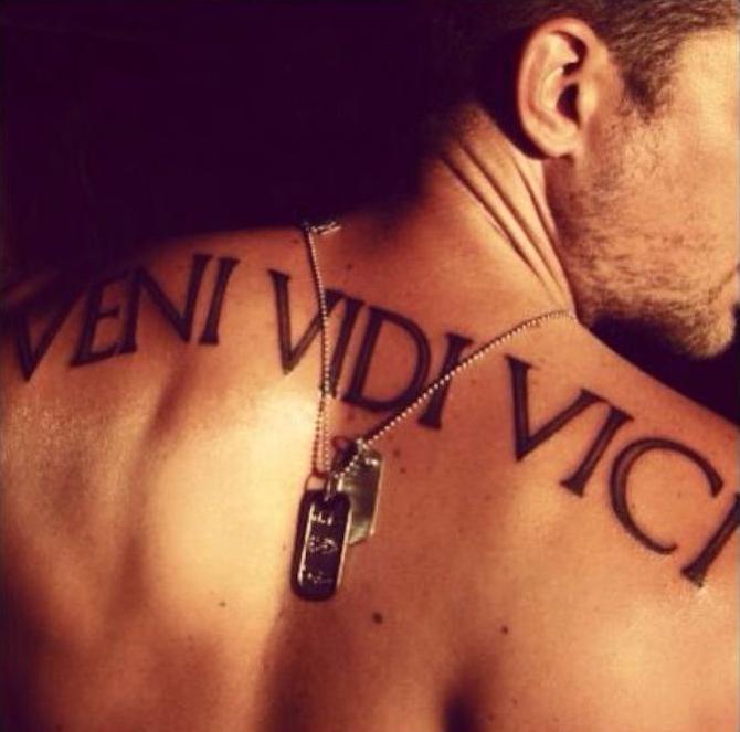 1001 id es tatouage dos ce tattoo que je ne saurais voir - Tatouage veni vidi vici ...