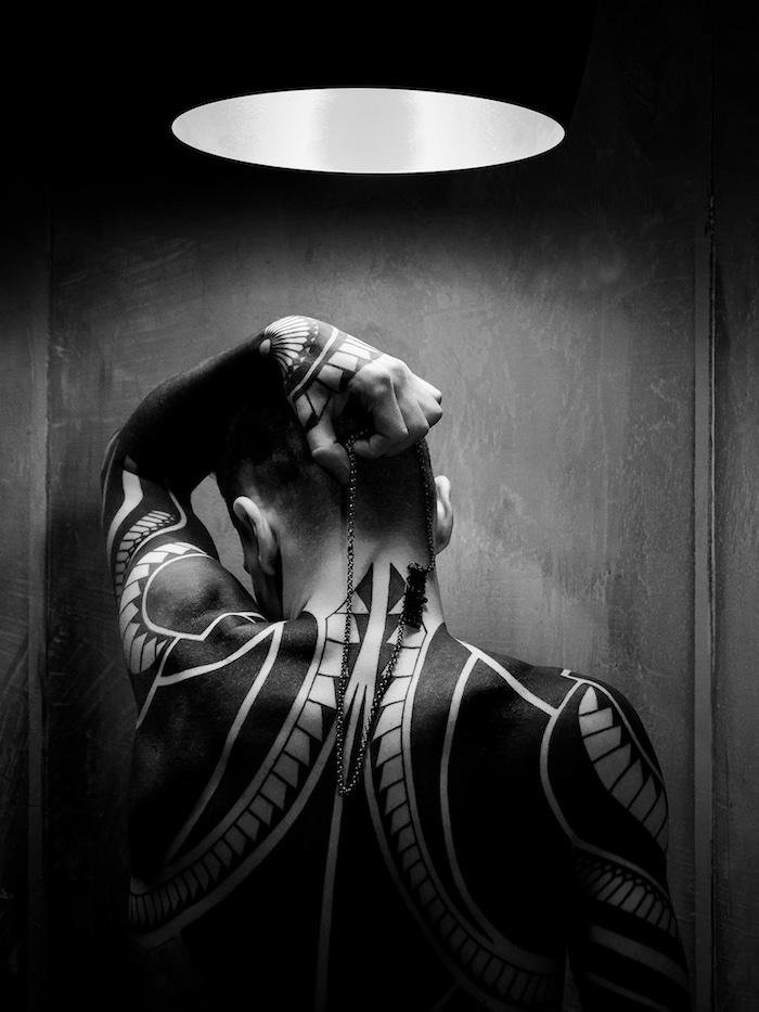 tatouage nuque, éclairage, chambre noire, collier en argent, tatouage epaule, motifs tribal, design tattoo pour homme