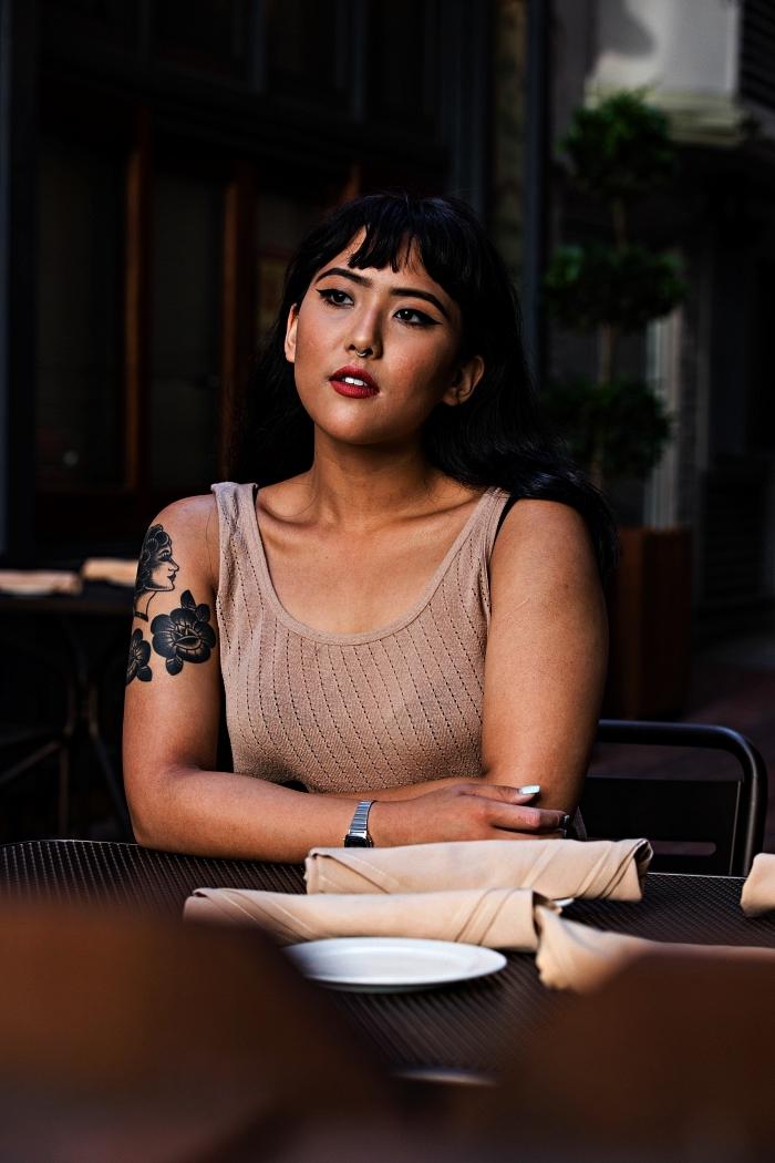 visage de femme et deux fleurs tatoués à l'épaule et le bras, tatouage feminin complexe