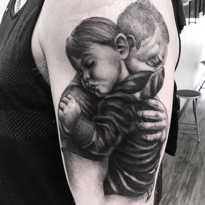 les plus beaux tatouages, design famille, amour, père et fils, tatouage sur l'épaule, design tattoo originale