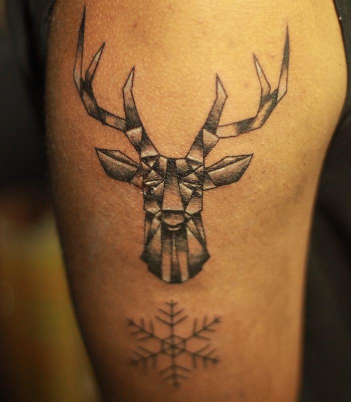 tatouage homme, dessin en encre, cerf symbole, motifs d'animaux, tatouage sur l'épaule, design tattoo