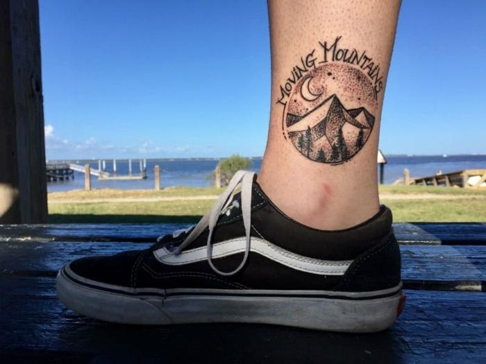 tatoo homme au-dessus de la cheville, forme ronde, sneakers