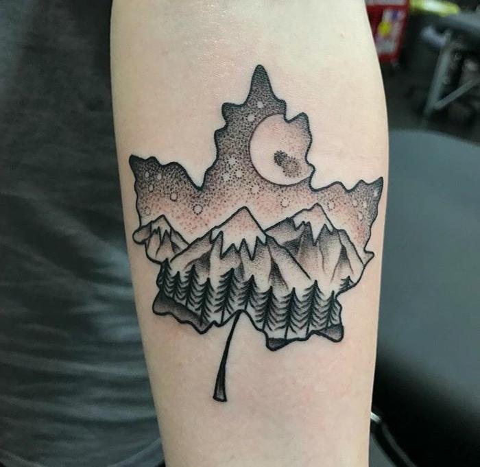 tatouage féminin, feuille, montagne, lune et étoiles, paysage tatoué sur la peau
