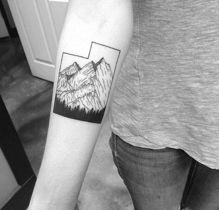 tatouage féminin, tatouage géométrique femme, montagne et forêt de pins