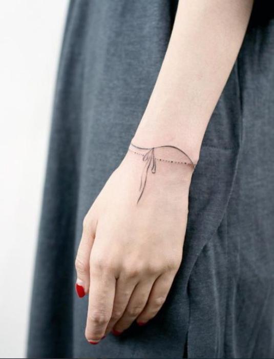 1001 exemples et id es de tatouage bracelet unique - Petit tatouage poignet femme ...