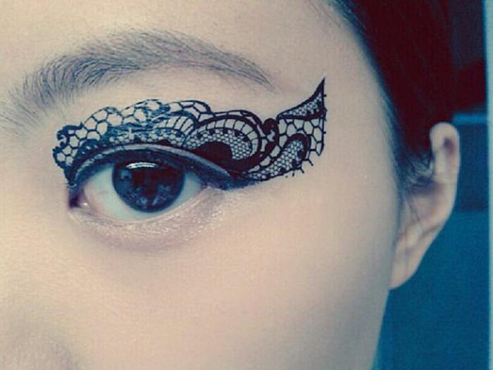 tatouage femme dentelle, eyeliner dentelle, yeux bleus, tatouage au visage