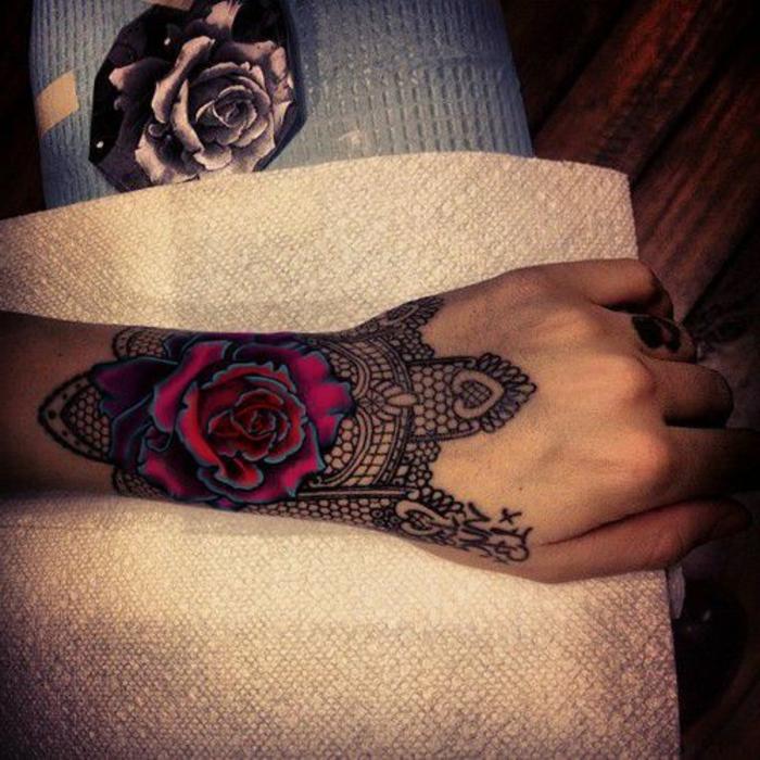 tatouage femme dentelle, jolie rose en lilas et marron, dentelle noire