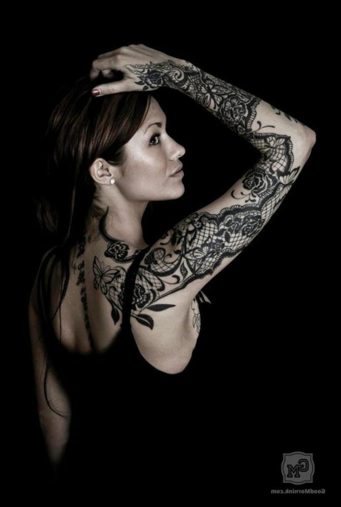 tatouage femme dentelle, tatouage manchette et tatouage dos, fleurs et dentelles