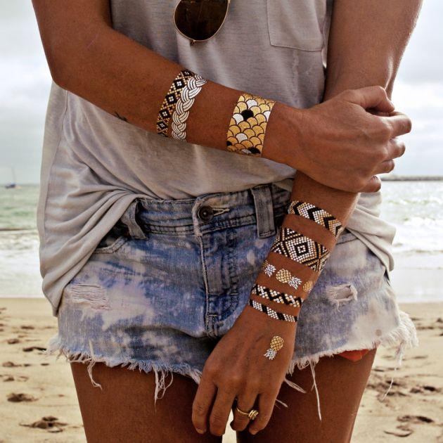tatouage femme temporaire pour lété, des bracelets en noir, argent et or sur les poignets et les bras
