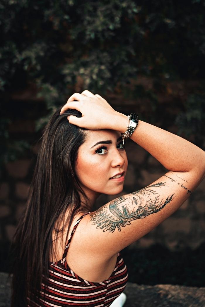 tatouage bras femme amérindienne accompagné d'une petite phrase, tatouage avec signification inspirée de la culture amérindienne