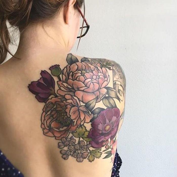 tatouage femme haut du dos tattoo épaule fleurs couleurs