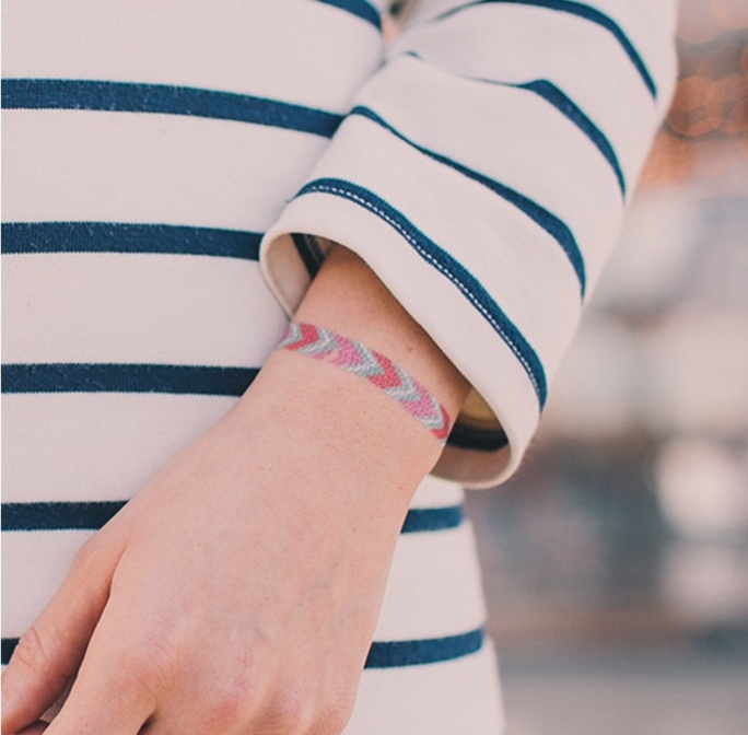 tatouage femme, bracelet multicolore, flèches multicolores, tatouage poignet minimaliste, discret