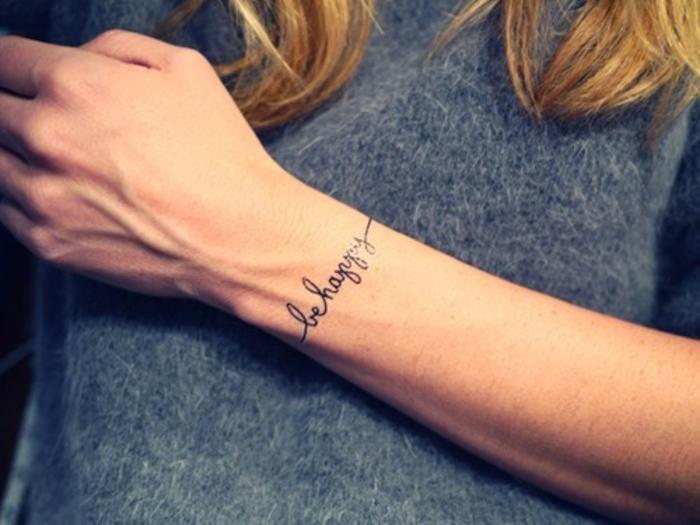 tatouage bracelet poignet, lettres noires, modele de tatouage femme graphique et discret