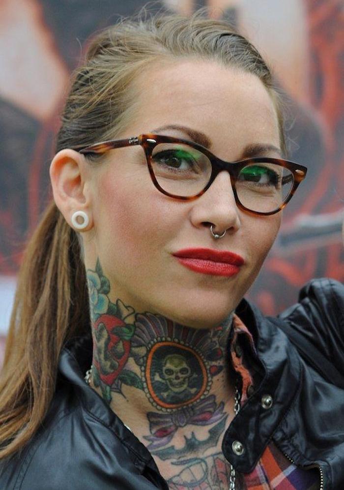 tattoo cou femme hipster tatouages dans la nuque style old school vintage couleurs