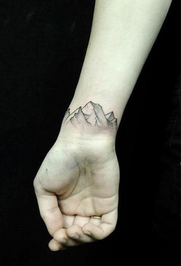 tatouage fin femme, tatouage sur le poignet, chaîne de montagne autour du poignet