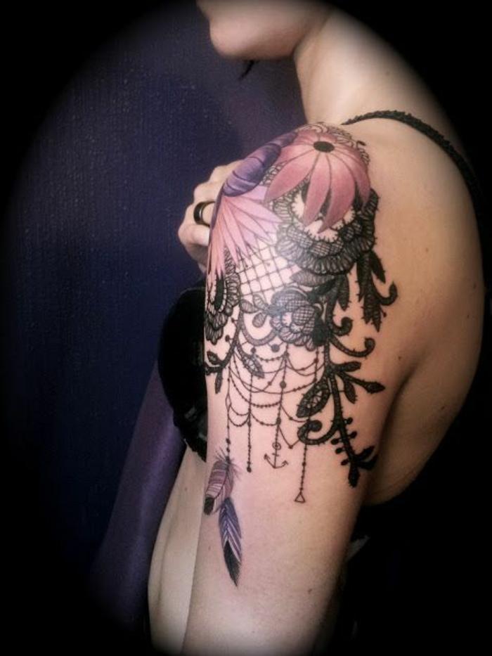 tatouage fleur femme, fleur épanouie rouge, tige et feuilles en dentelles